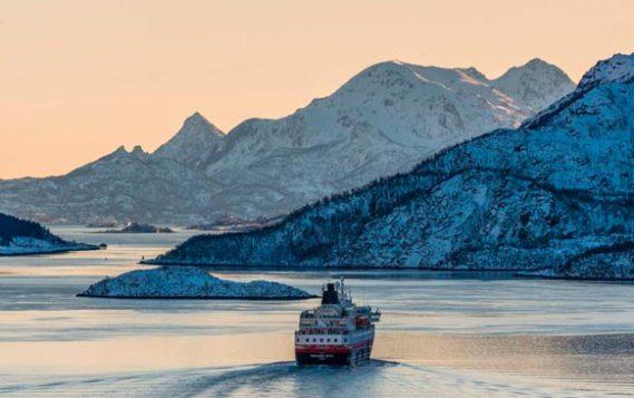 Иностранным судам запретили перевозить нефть и газ по Северному морскому пути