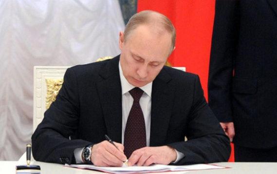 Путин подписал закон о налоге в нефтянке и акцизах на топливо
