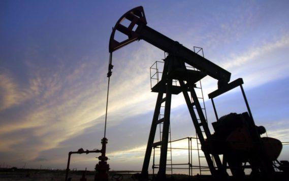 Цена нефти Brent впервые с апреля опустилась ниже $70 за баррель