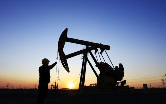 Цены на нефть начали лето с небольшого снижения
