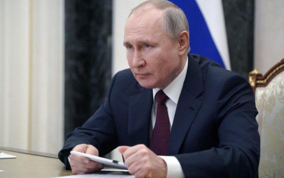 Владимир Путин поручил продолжить экспедиции в Арктике в целях обеспечения военной безопасности РФ
